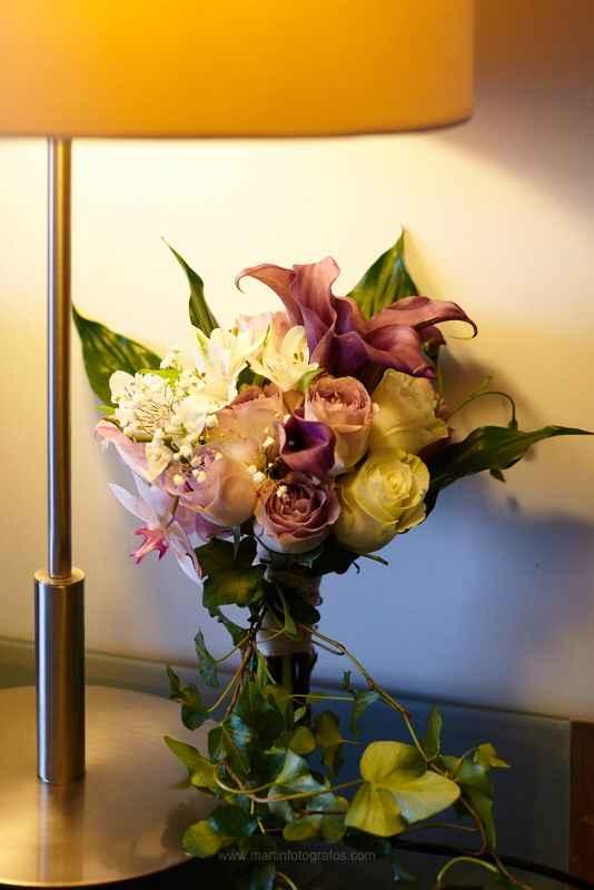 Ramo de calas granate y rosas blancas - 1