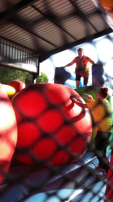 Humor Amarillo Pasarela de Bolas Gigantes