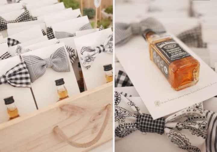 El detalle para los hombres, una pajarita y botella de whisky