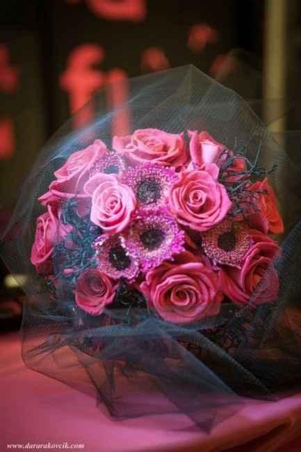 Ramo de flores en rojos y rosas