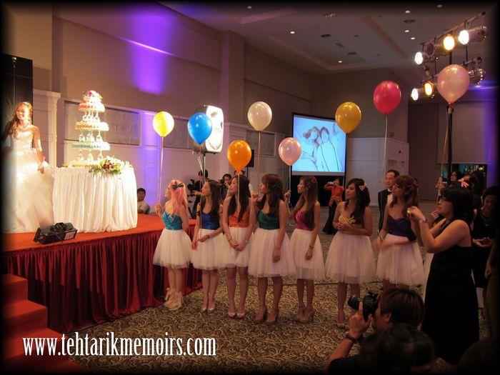 damas con globos