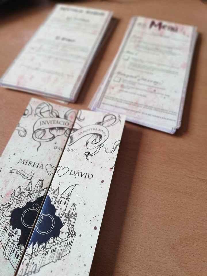 """PARTE DE DELANTE. También puedes añadir y modificar dos targetas que van sueltas (""""Menu Card"""", por e"""