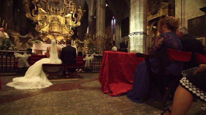 Los padres de los novios se sientan en sillas en la iglesia - 1