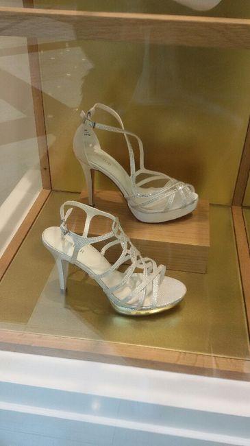 Desilusionada y desesperada con los zapatos - 1