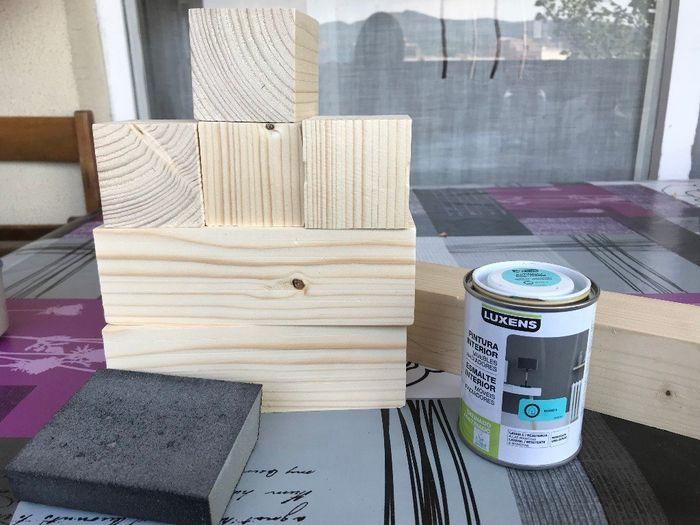 1. Cortar 4 cubos de madera (yo los hice 6x6cm) y 2 rectángulos (6x18cm), lijarlos y preparar la pin
