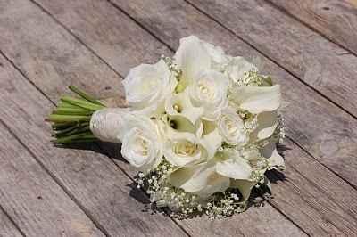Rosas y calas blancas