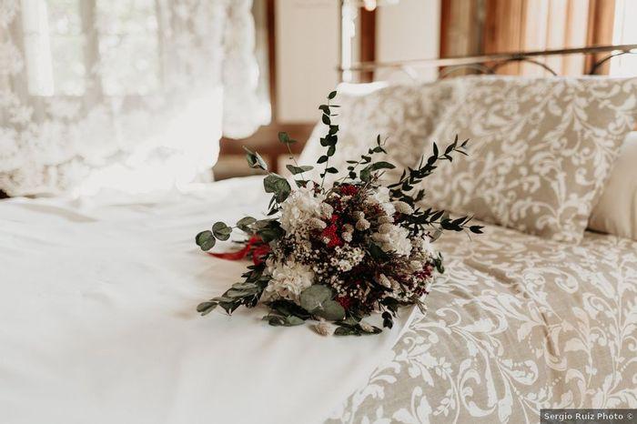 ¿Te seduce este ramo silvestre con toques rojos? ❤️️ 1