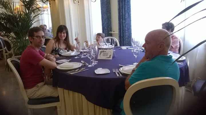 La family en la mesa (Falta mi suegra que era la que hacia la foto)