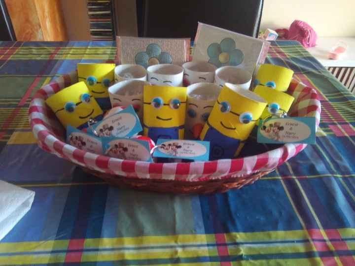 Minions y Olafs rellenos de chuches para los niños, hechos a mano por nuestra hija de 4 años (ayudad