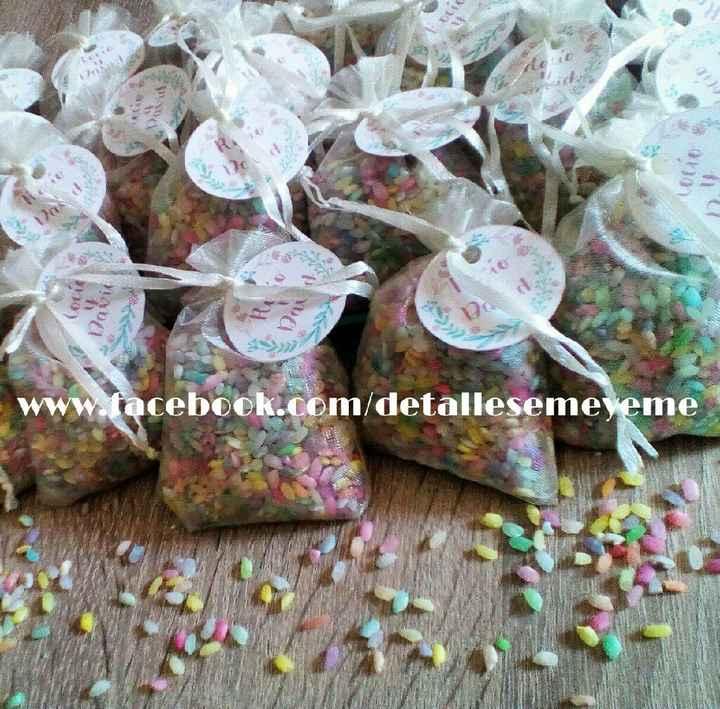 Arroz de colores y pétalos de rosa - 2
