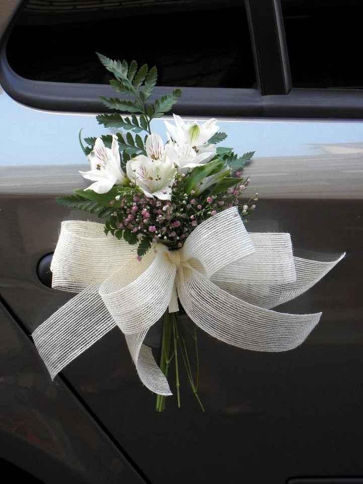 Típico arreglo floral para coche nupcial