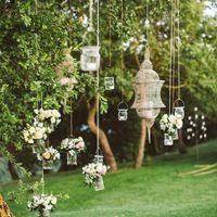 Votes decorativos con flores y velas