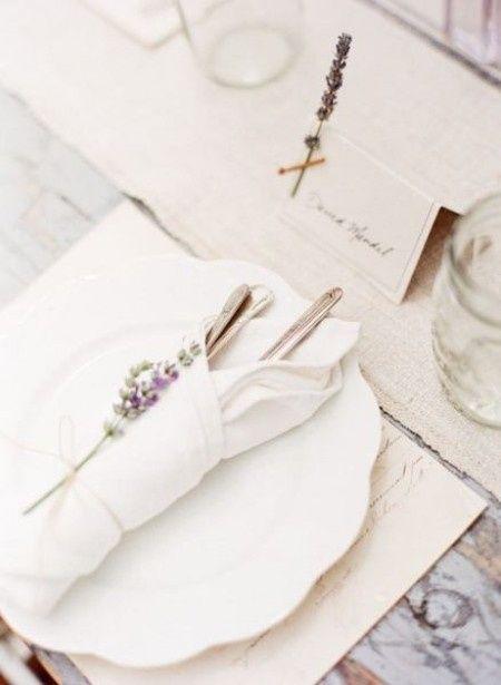 Cartelitos marca sitio con nombre de invitado con ramita de lavanda seca.