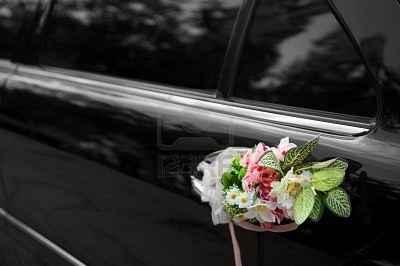 coche negro con flores 1