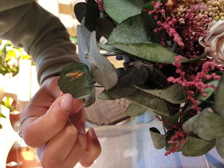 Ramo de novia preservado y 2 réplicas de Diana Per comido por gusanos - 2