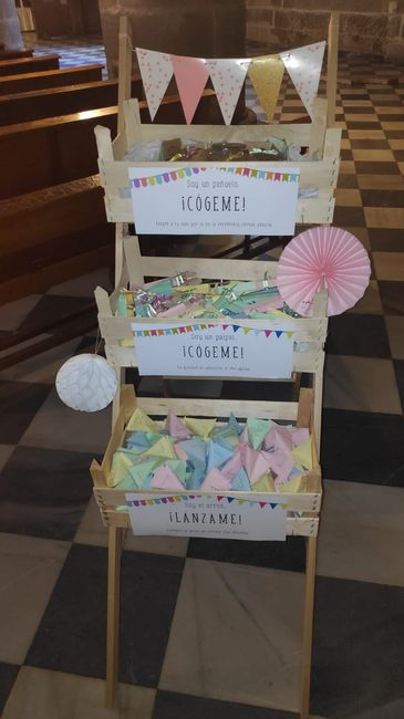 detalles de mi Boda. Mueble de la iglesia con pañuelos de papel paipais y arroz. 8
