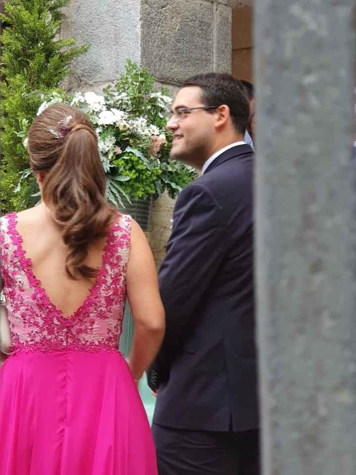 Parte de atrás donde se aprecia el peinado y la espalda del vestido