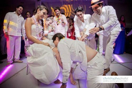 Novio quita la liga a la novia