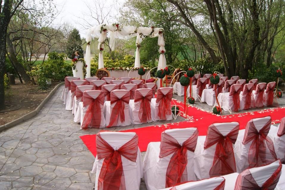 Ceremonia decorada en rojo y blanco