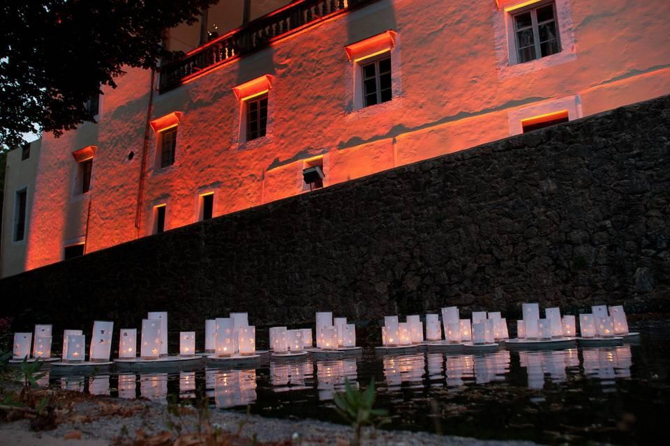 Iluminación con velas en el lago