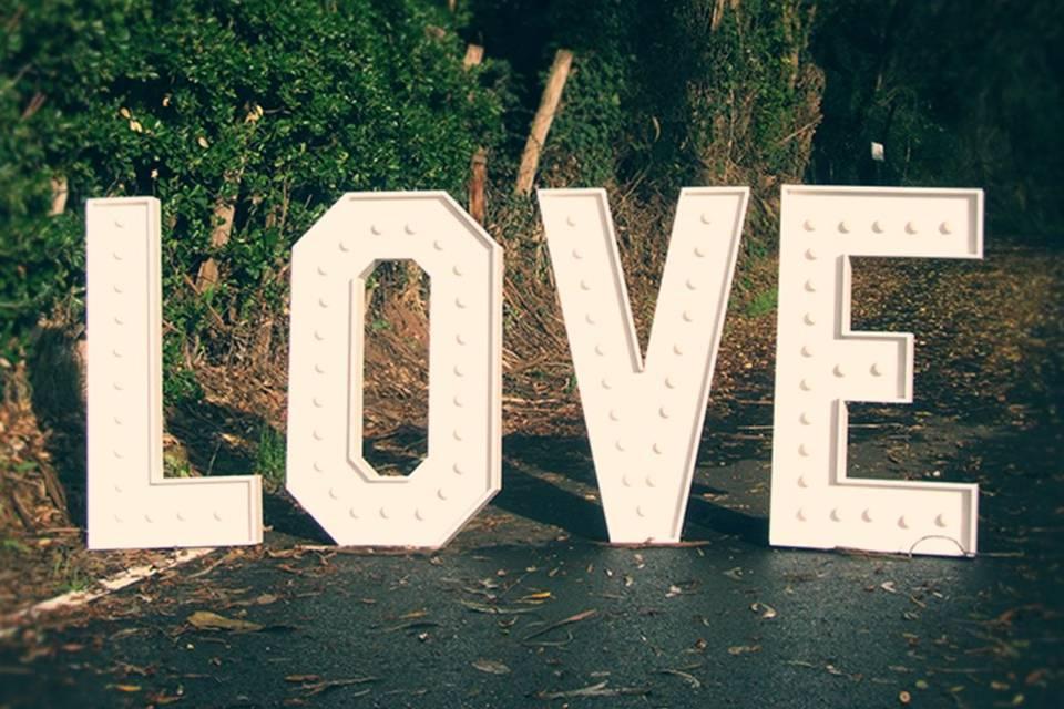 Letras gigantes luminosas love