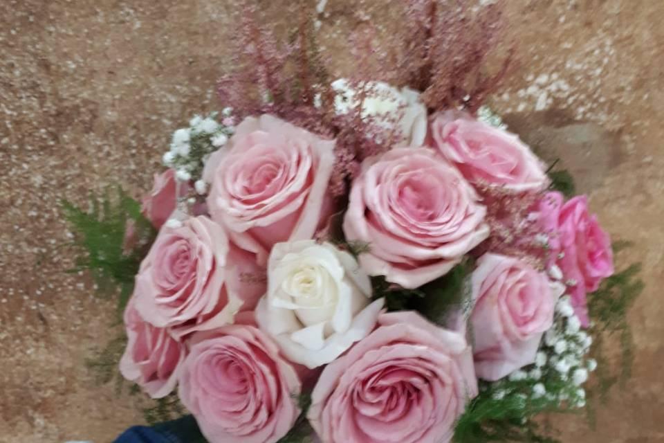 Ramo de rosas en rosa