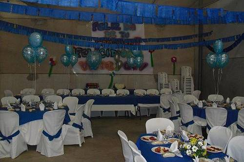 Salón de banquete decorado con globos