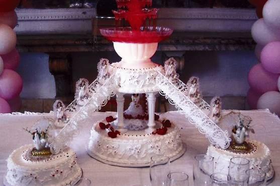 Tarta de boda con escaleras y fuente