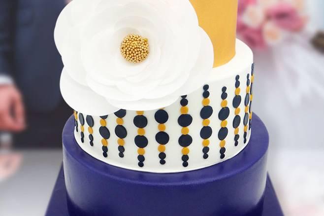 Tarta de boda con flor de papel
