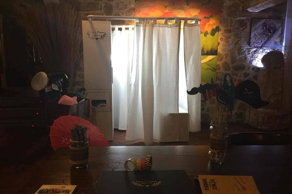 Fotomatón blanco con cortina