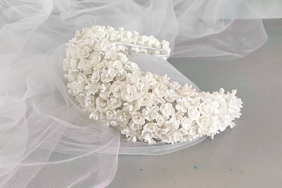 Corona de flores de porcelana