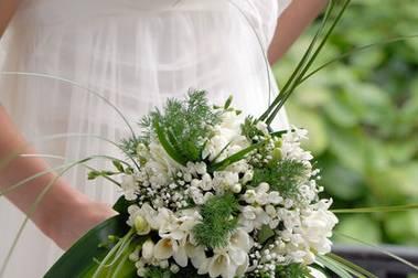 Ramo en cascada de flor blanca