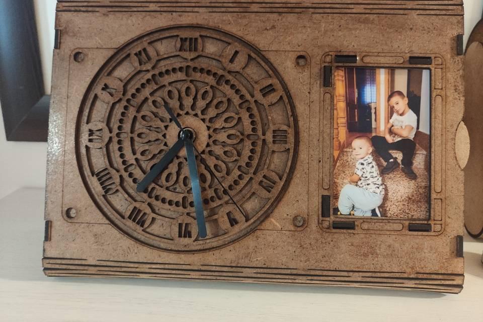 Reloj de madera con portarretrato