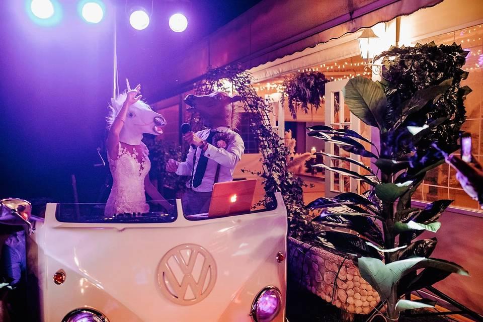 Novios posando en su boda