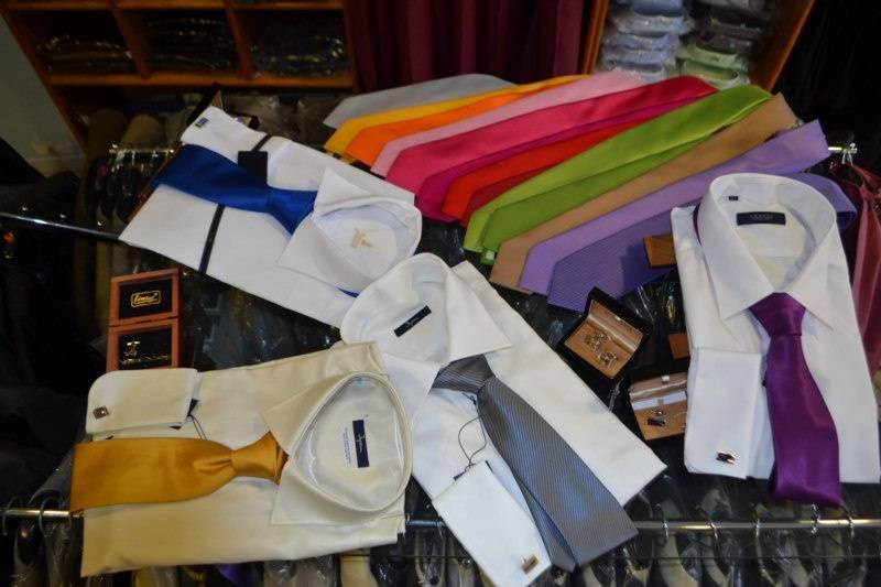 Variedad de camisas y corbatas