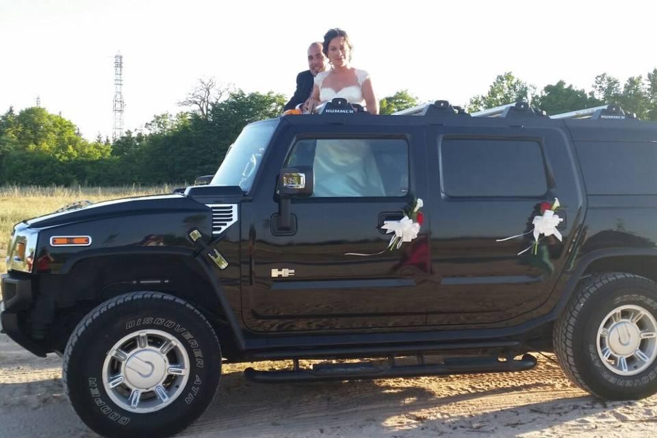 El coche y los novios