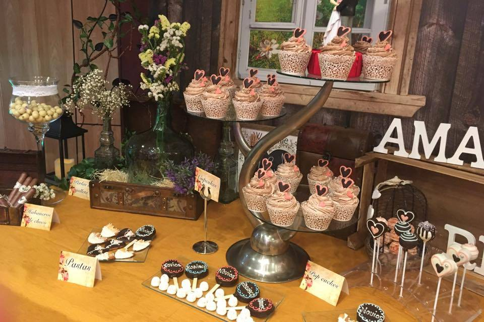 Mesa vintage y tarta de cupcakes