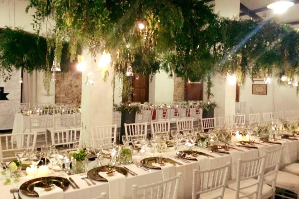 Banquete nupcial decorado con flores