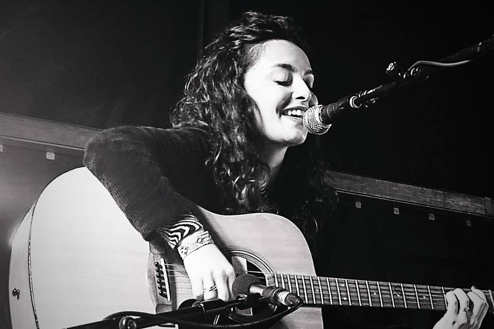 Daniela, guitarra y voz