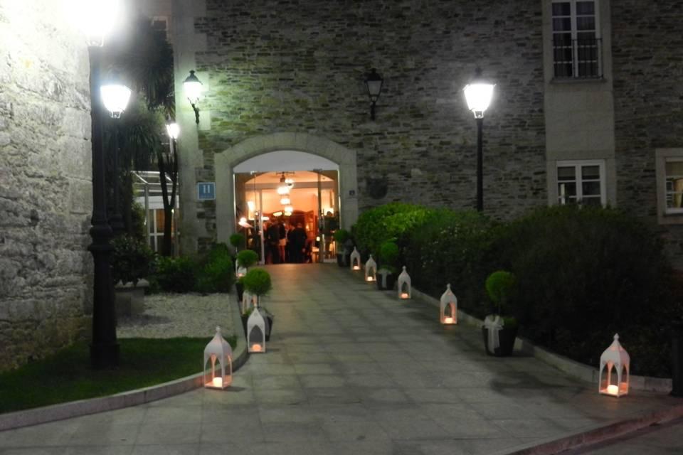 Vista nocturna entrada al banquete
